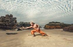Hombre joven que entrena a artes marciales Fotografía de archivo