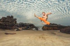 Hombre joven que entrena a artes marciales Imagenes de archivo