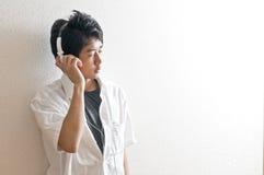 Hombre joven que escucha la música Fotos de archivo