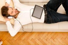 Hombre joven que escucha la música Imagenes de archivo