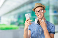 Hombre joven que escucha la música imagen de archivo libre de regalías