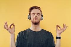 Hombre joven que escucha la música con los auriculares fotografía de archivo libre de regalías