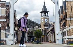 Hombre joven que escucha la música en una calle de la ciudad Imágenes de archivo libres de regalías