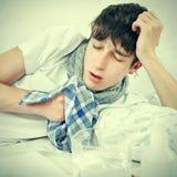 Hombre joven que estornuda Foto de archivo