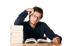 Hombre joven que estudia en los libros fotos de archivo libres de regalías