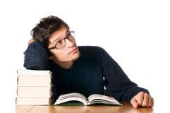 Hombre joven que estudia en los libros Fotos de archivo