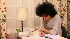 hombre joven que estudia y que escribe en el libro almacen de video