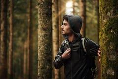 Hombre joven que explora un bosque Fotos de archivo libres de regalías
