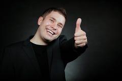 Hombre joven que gesticula la muestra aceptable Fotos de archivo