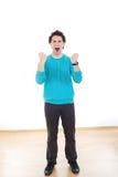 Hombre joven que grita con los puños apretados Foto de archivo libre de regalías
