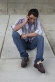 Hombre joven que habla en el teléfono celular imagenes de archivo