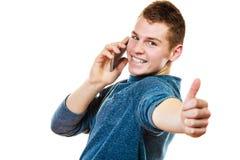Hombre joven que habla en el teléfono celular móvil Imágenes de archivo libres de regalías