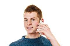 Hombre joven que habla en el teléfono celular móvil Foto de archivo libre de regalías