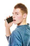Hombre joven que habla en el teléfono celular móvil Fotografía de archivo