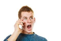 Hombre joven que habla en el teléfono celular móvil Fotografía de archivo libre de regalías