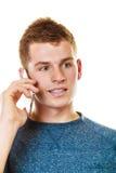 Hombre joven que habla en el teléfono celular móvil Fotos de archivo