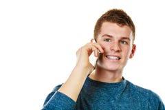 Hombre joven que habla en el teléfono celular móvil Foto de archivo