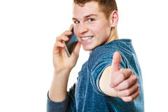 Hombre joven que habla en el teléfono celular móvil Imagen de archivo libre de regalías