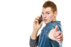Hombre joven que habla en el teléfono celular móvil Fotos de archivo libres de regalías