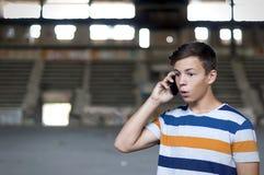 Hombre joven que habla en el teléfono en el edificio viejo Fotografía de archivo
