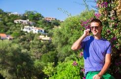 Hombre joven que habla en el teléfono en el balcón Fotos de archivo