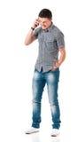 Hombre joven que habla en móvil Fotos de archivo