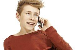 Hombre joven que habla en smartphone Imagenes de archivo