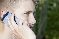 Hombre joven que habla en smartphone Imágenes de archivo libres de regalías