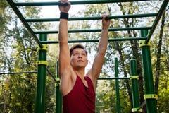 Hombre joven que hace ejercicio de la aptitud imagen de archivo
