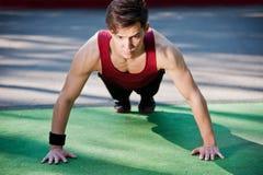 Hombre joven que hace ejercicio de la aptitud Fotos de archivo