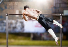Hombre joven que hace ejercicios de los deportes Imagen de archivo