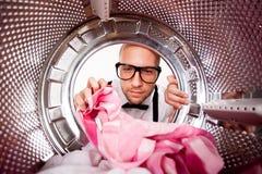 Hombre joven que hace el lavadero Fotos de archivo libres de regalías