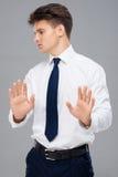 Hombre joven que hace gesto de la parada fotografía de archivo libre de regalías