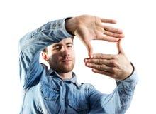 Hombre joven que hace gesto del marco de la mano Imagen de archivo