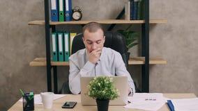Hombre joven que hace papeleo en oficina