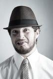 Hombre joven que hace una cara tonta imagenes de archivo