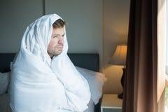Hombre joven que hace una pausa la ventana por mañana Él se levanta temprano Fotos de archivo