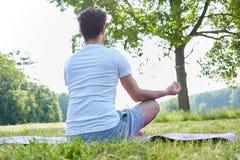 Hombre joven que hace yoga Fotos de archivo