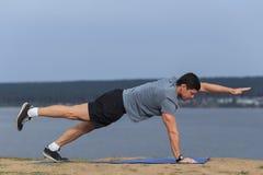 Hombre joven que hace yoga afuera en el ambiente natural fotografía de archivo libre de regalías