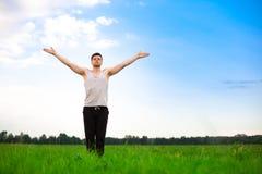 Hombre joven que hace yoga en parque imágenes de archivo libres de regalías
