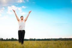 Hombre joven que hace yoga en parque imagenes de archivo