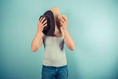 Hombre joven que intenta en los sombreros Imágenes de archivo libres de regalías