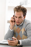 Hombre joven que invita al teléfono Imagen de archivo libre de regalías