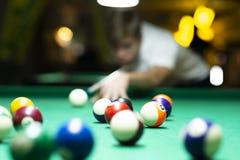 Hombre joven que juega al billar en pub imágenes de archivo libres de regalías
