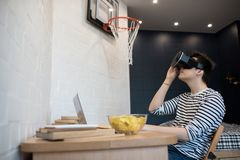 Hombre joven que juega al juego de VR Fotografía de archivo libre de regalías