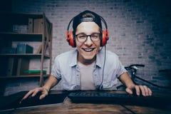 Hombre joven que juega al juego en casa y que fluye el playthrough o el paseo Imagenes de archivo