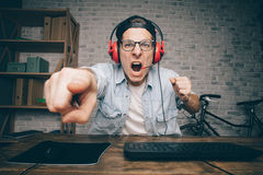 Hombre joven que juega al juego en casa y que fluye el vídeo del playthrough o del recorrido Imagen de archivo libre de regalías