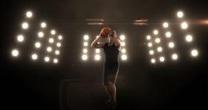 Hombre joven que juega a baloncesto almacen de metraje de vídeo