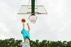 Hombre joven que juega a baloncesto al aire libre Imagen de archivo