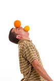Hombre joven que juega con el limón y la naranja Imágenes de archivo libres de regalías